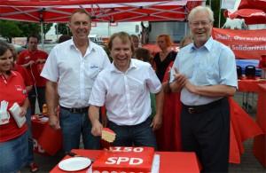 Johannes Strauch, Martin Mertens und Albert Glöckner (v.l.n.r.) schneiden die Jubiläumstorte an.