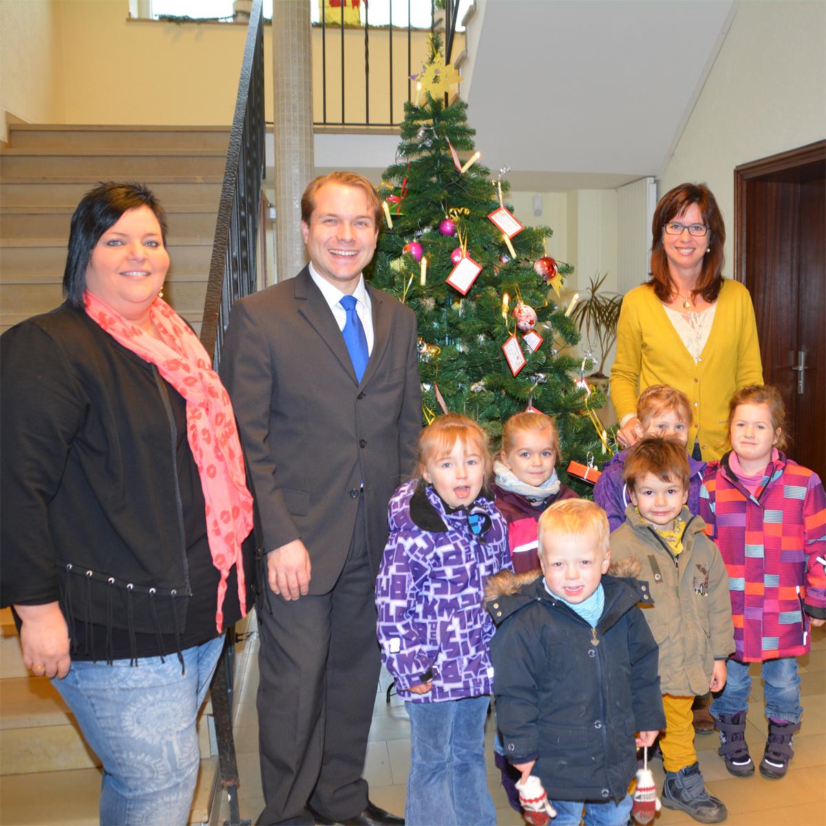 Kinder schmücken den Weihnachtsbaum im Rommerskirchener Rathaus
